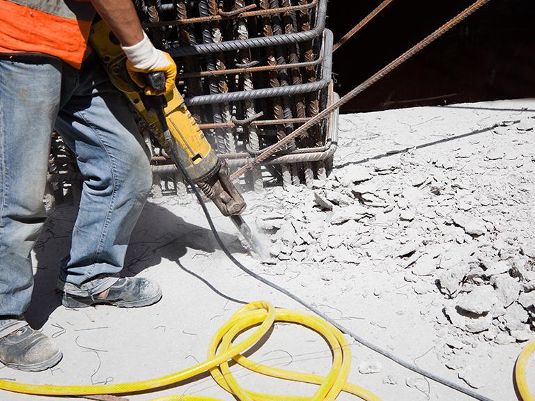 kucie betonu młotem